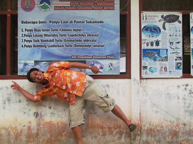 Pose di Depan Balai Penetasan Tukik Sukamade