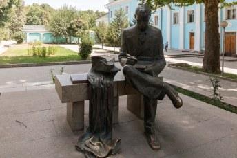 Naast het theater heeft Lohuti ook nog zijn eigen standbeeld. Hij was een dichter uit Perzië (Iran dus).