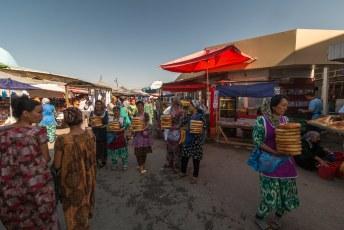 De vrouwen bij de ingang hebben een flinke bos brood voor de deur. Het typische ronde brood van deze regio.