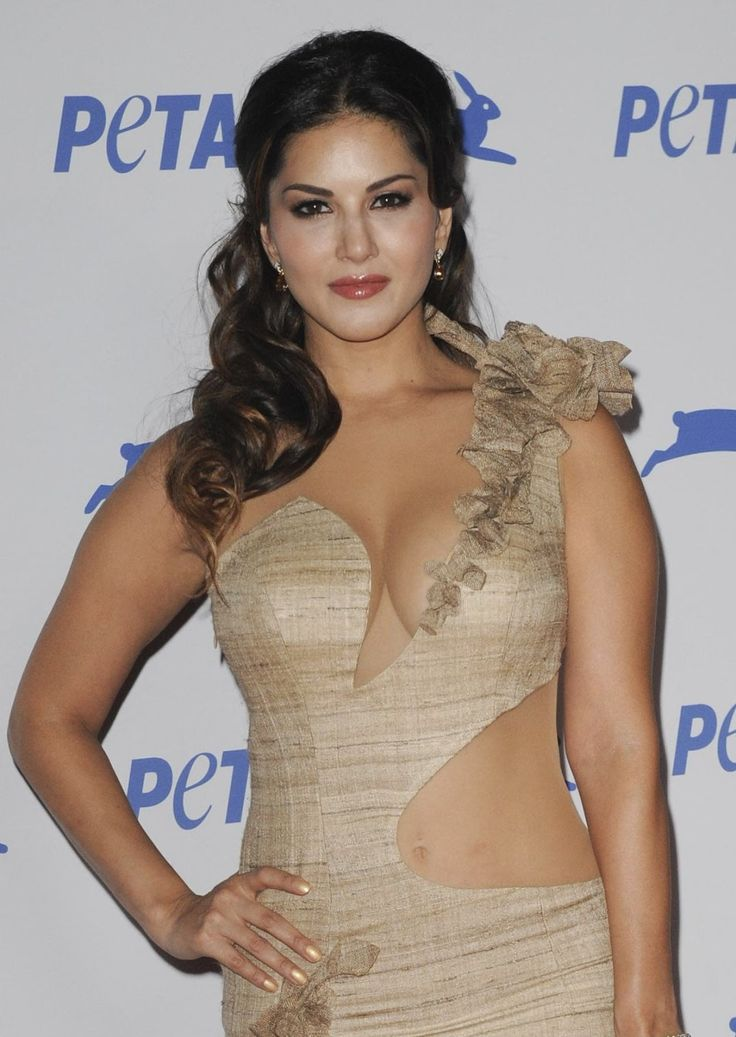 Hot and Sexy Sunny Leone Showing Huge Cleavage
