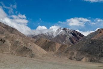 De bergen links van ons waren verboden gebied omdat het een bufferzone is met China.