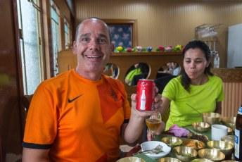 Het was tijd voor de lunch, en terwijl ik op de foto ga met een blikje Coca-Cola, van die verachtelijke Amerikanen, steelt Lucía mijn pilsje.