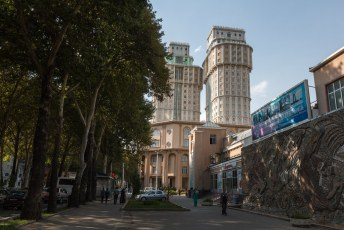 We hadden tijd zat terwijl we op visums wachtten om de toerist uit te hangen. Dit zijn de twin towers van Doesjanbe.