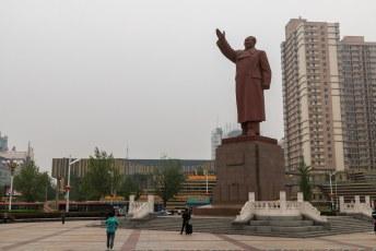 Op het station van Dandong begon het al met dit soort standbeelden. Dit is Mao, maar het is duidelijk waar de Kimmetjes zich door lieten inspireren.