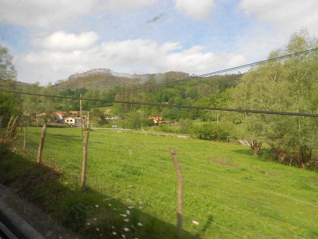 Pueblo visto desde el tren en Cantabria