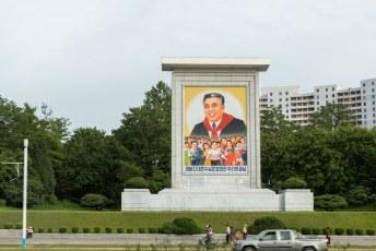 Kim Il-Sung heeft al die posters eerlijk gezegd wel verdiend. Hij heeft nl. in zijn uppie de Japanners het land uitgejaagd met niet meer dan twee pistolen en zijn lichaamsgeur.