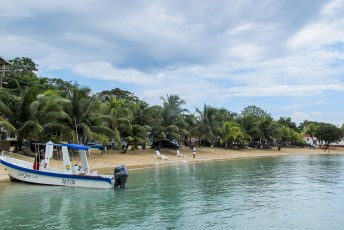 Één van de twee zandstranden op het eiland.