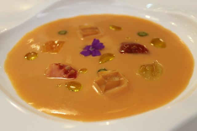 Sopa de tomate con helado de aceite de oliva