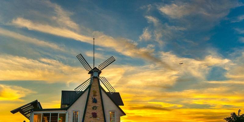 【桃園】。白天看著偌大的綠地草坪  晚上欣賞著桃園夜景的浪漫,一處可以喝咖啡看飛機的地方『星海之戀』