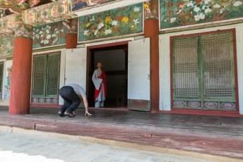 Een Boeddha beeld aanbidden zoals deze Chinees doet is dan ook voor eigen risico.
