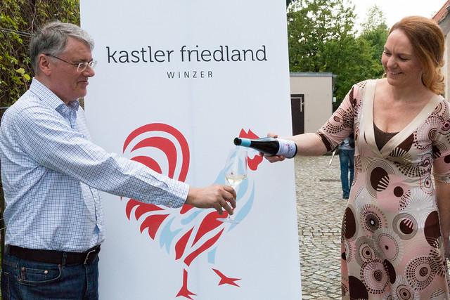 Ines Kuka schenkt Bernd Kastler feinen Wein ein