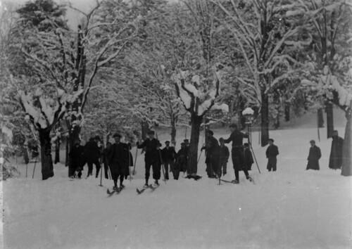 Skieurs, posé par Paul Tapie [de dos], Luchon,