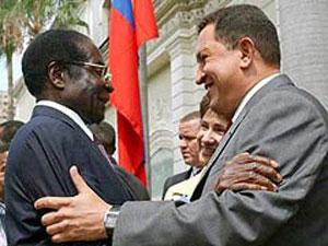 Mugabe estrechándose en un abrazo con Chávez