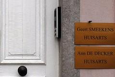 2 huisartsen naast de deur