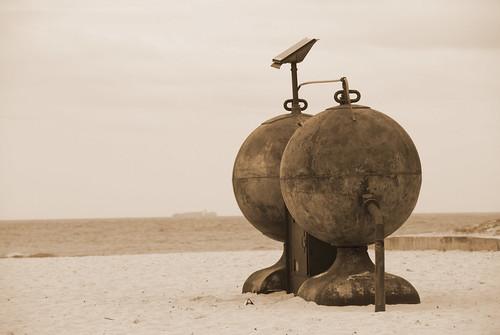 Otra de las esculturas ya en la arena de Tamarama