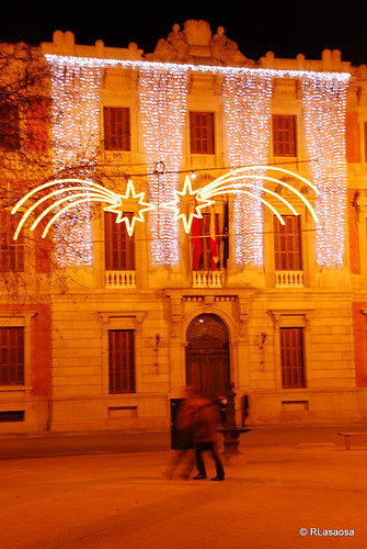 Fachada del edificio del Parlamento de Navarra iluminado en Navidades