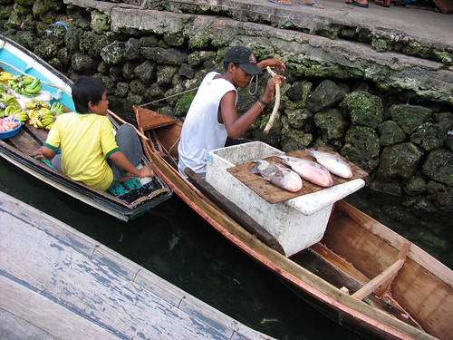 Sitangkai, Tawi-Tawi floating market causeway food seafood peddler vendor boat sidewalk Pinoy Filipino Pilipino Buhay  people pictures photos life Philippinen  菲律宾  菲律賓  필리핀(공화�) Philippines
