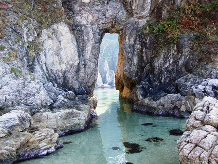眼鏡岩の穴