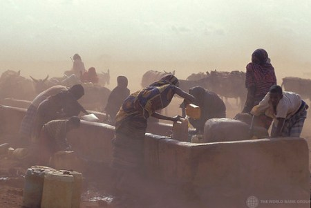 People gathering water in Kenya - Photo : Curt Carnemark / World Bank