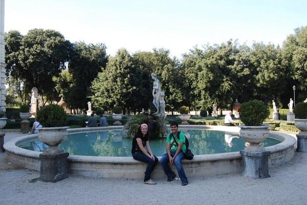 Pau i Vero descansando en Villa Borghese