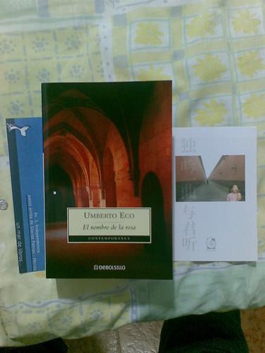 Libro, marcador, y tarjeta