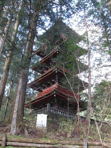 Pagoda a 5 piani (35m circa). E priva di fondamenta ma è attraversata da un lungo palo sospeso che agisce da pendolo per tenerla in equilibrio.