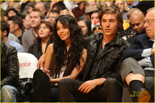 zac-efron-vanessa-hudgens-laker-game-08