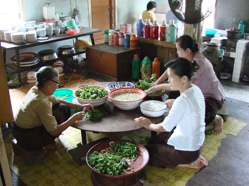 Preparación de comida en la pagoda Mahamyatmuny
