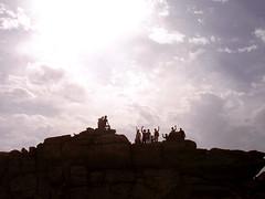 Η διαδρομή ήταν από το οροπέδιο «Εριφή» μέχρι τον «Άγιο Ισίδωρο». Από τα 25 μέλη και φίλους που είχαν ειδοποιηθεί και είχαν πει πως θα μας έρθουν, κάτι το ένα, κάτι το άλλο τελικά το πρωί της Κυριακής 2 Νοεμβρίου παρουσιάστηκαν μόνο δώδεκα. Ωστόσο εμείς δεν περιμέναμε. Φύγαμε ακριβώς στην ώρα μας –δηλαδή με μόνο μια ώρα καθυστέρηση! Το πρώτο μέρος της διαδρομής από το Χριστό Ραχών μέχρι την Εριφή έγινε με αυτοκίνητα (του Σταμάτη, της Στρατούλας, του Άγγελου). Μετά άρχισε ο ποδαρόδρομος. Ιχνηλάτης και οδηγός ήταν η Σοφία η οποία δεν φαίνεται στη φωτογραφία διότι προπορεύεται και βρίσκει –πάντα!- τα σημάδια και τη σωστή διαδρομή.