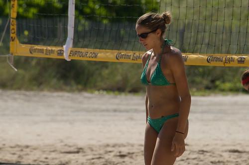 Een mevrouw op het strand