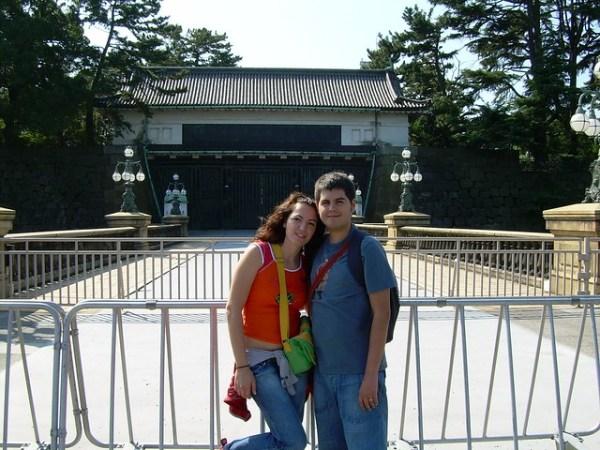 Vero i Pau ante los jardines del Palacio Imperial