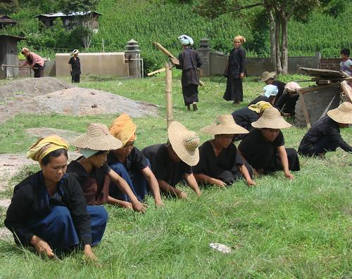 Mujeres al cuidado del patio del monasterio