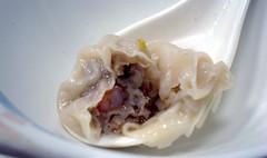[吃] 小上海【蔡師傅】(7)_鮮蝦餛飩剖面