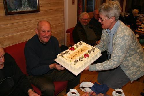 Sigurd Melhus gav kake til historielaget for Melhusnavnet, Kristin serverer (by RolfSteinar)