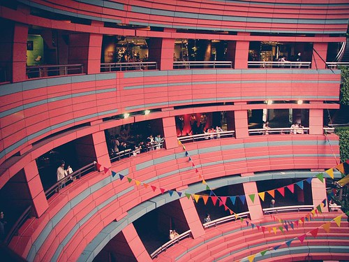 빨간 돔을 옆으로 눕혀놓은 듯한, 독특한 디자인의 쇼핑몰.