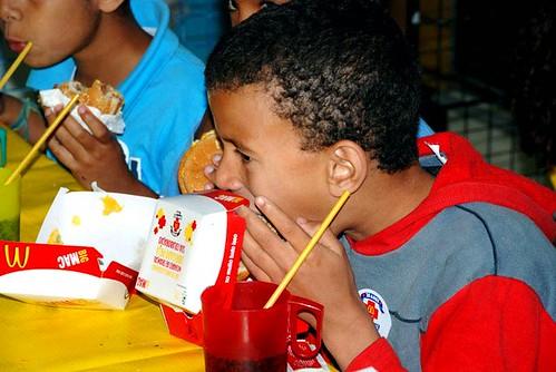 Crianças do projeto Arte Cidadania participam do Mc Dia Feliz