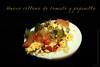 Huevo relleno de tomate y pepinillo