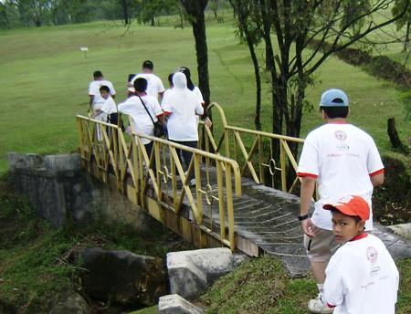 Menyeberang Jembatan Kecil