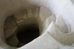 Der schneckenförmige Eingang mit riesigen Stufen