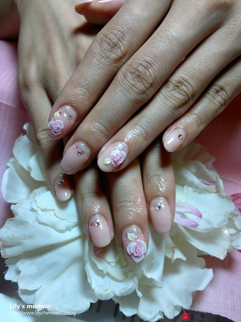 目前的指甲,讓手部看起來乾淨又有氣質,我很喜歡那幾朵雕花,單鑽也很美麗。