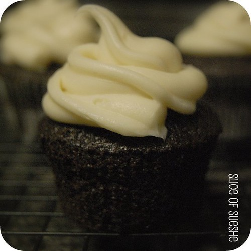 devil's food cupcake w/white chocolate cream cheese frosting