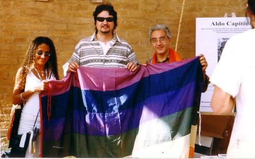 Bandiera Pace Aldo Capitini portata da Agnese Ginocchio Andrea Pioltini e Stefano Angelone Assisi 2003 Marcia Pace