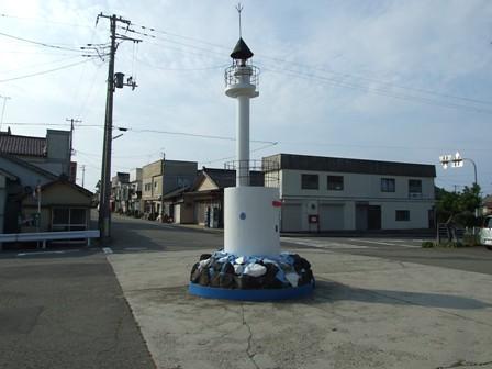 鼠ヶ関駅前広場の灯台モニュメント