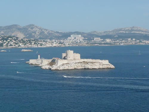 Château dIf e Marseille vistos de uma das outras ilhas do arquipélago.