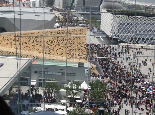從橋上看到波蘭館館前的人潮