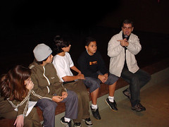 Professor Marcos orienta os alunos
