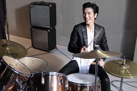 老蕭的爵士鼓真的打得相當好,在成為歌手之前,蕭敬騰已經是專業的鼓手了。