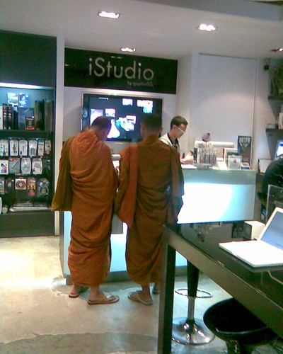 thai buddhist monks at the apple store