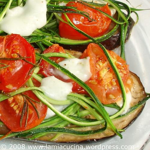 Zucchinistreifen, confierte Tomaten und Mozzarella im Gemüseschiffchen