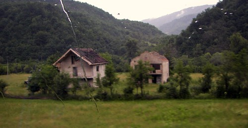 Elhagyott házak az út mentén